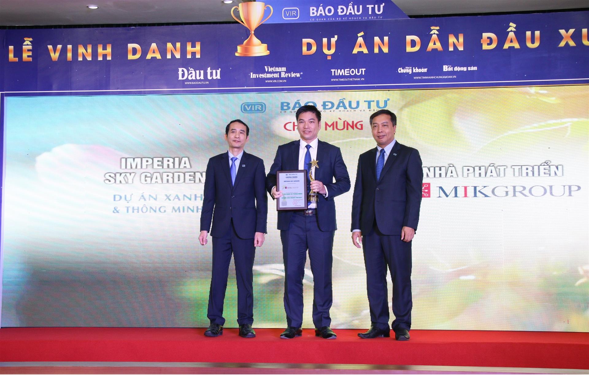 Ông Chu Thanh Hiếu – TGĐ MIK Home, đại diện MIKGroup nhận giải thưởng